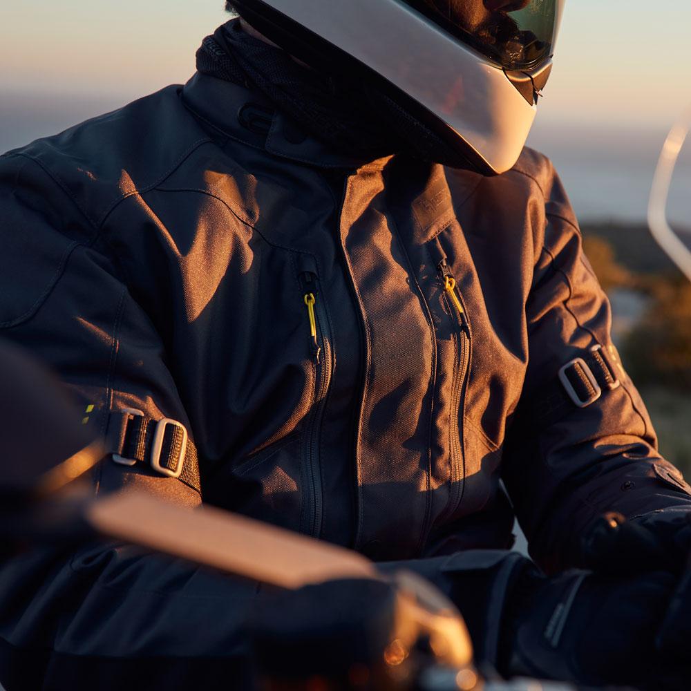 03-img-levior-chaqueta-de-moto-gaman-wp-life-style